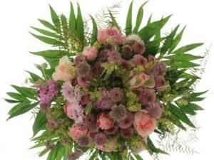 roser og pæoner med hjertegræs sommerbuket