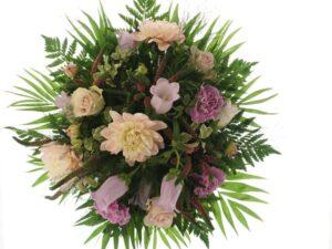 klokkeblomst,georginer og roser sommerbuket