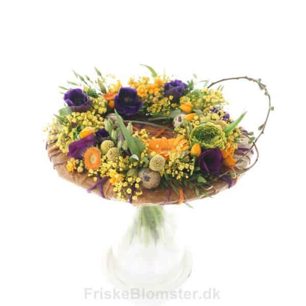 et fad af blomster buket