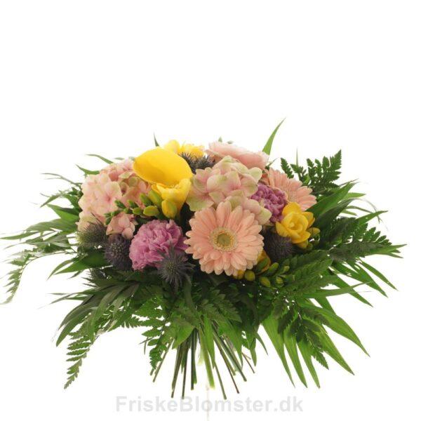 forårsbuket i lyserøde og gule nuancer